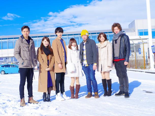 「恋んトス シーズン3」出演者左から、いっしー(22歳)、あゆか(21歳)、ヒロ(23歳)、みなみ(20歳)、ニコラス(26歳)、安奈(27歳)、巧(27歳) (c)TBS
