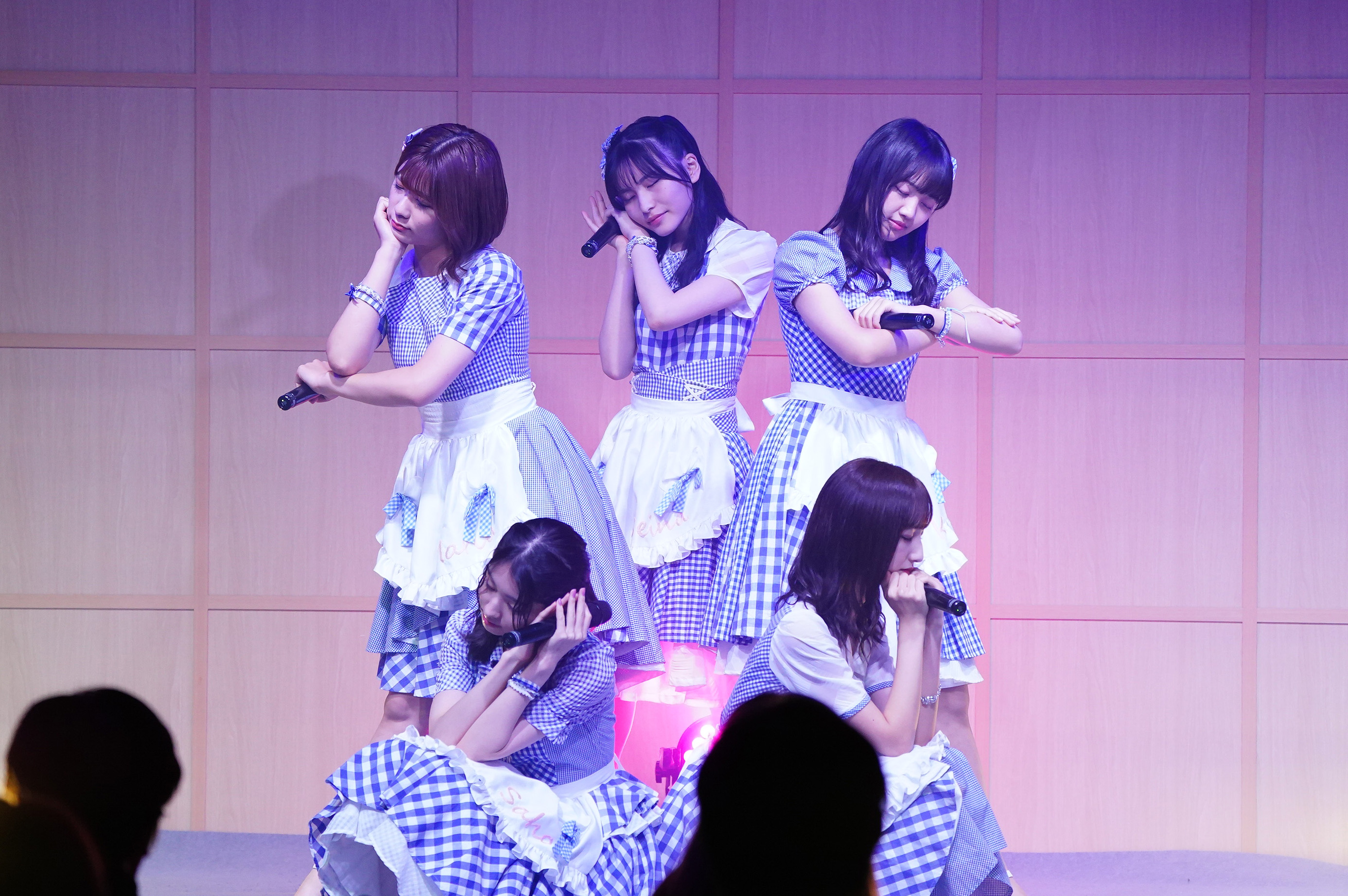 上:清⽔⿇璃亜・福岡聖菜・稲垣⾹織 下:岩⽴沙穂・⻑友彩海 (C) AKB48