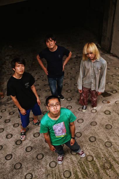 写真上段から時計回り、戸田源一郎(Ba&Cho)、カニユウヤ(Gu)、大武茜一郎(Vo&Gu)、岩本斗尉(Dr)