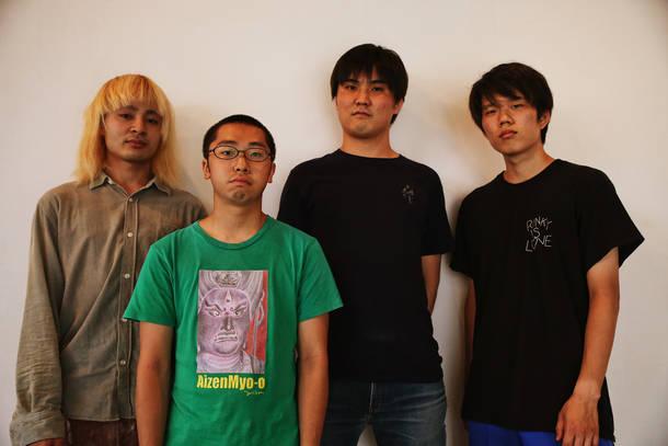 L→R カニユウヤ(Gu)、大武茜一郎(Vo&Gu)、戸田源一郎(Ba&Cho)、岩本斗尉(Dr)