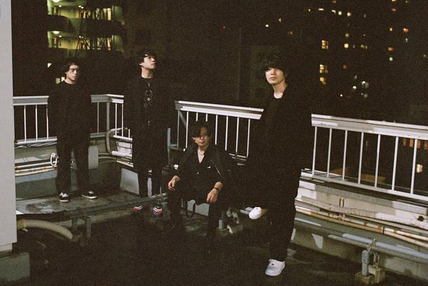 L→R 田中雄大(Ba)、古閑翔平(Gu)、小野貴寛(Dr)、黒川侑司(Vo&Gu)