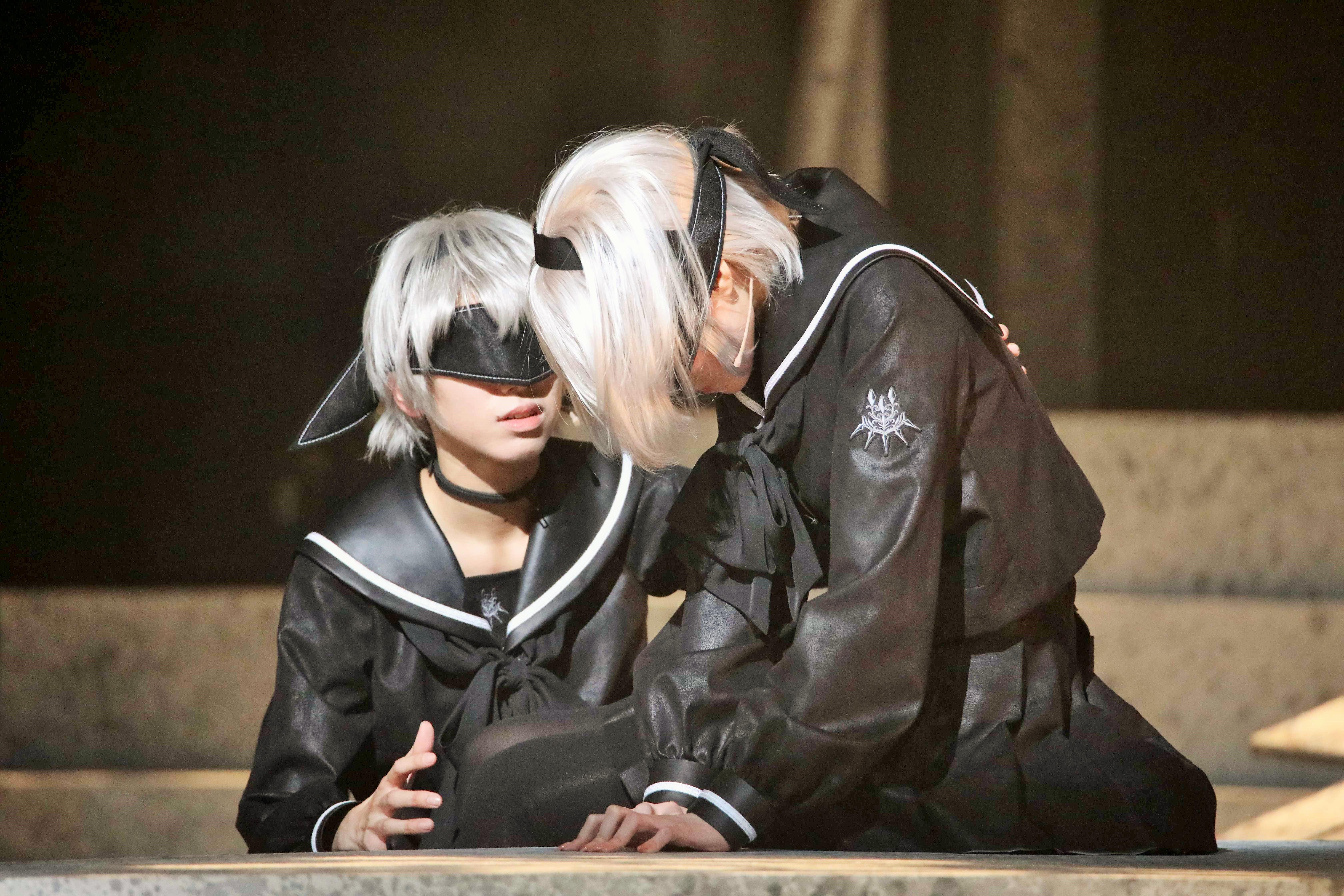 『舞台 少⼥ヨルハVer1.1a』九号を演じる大西桃香(左)