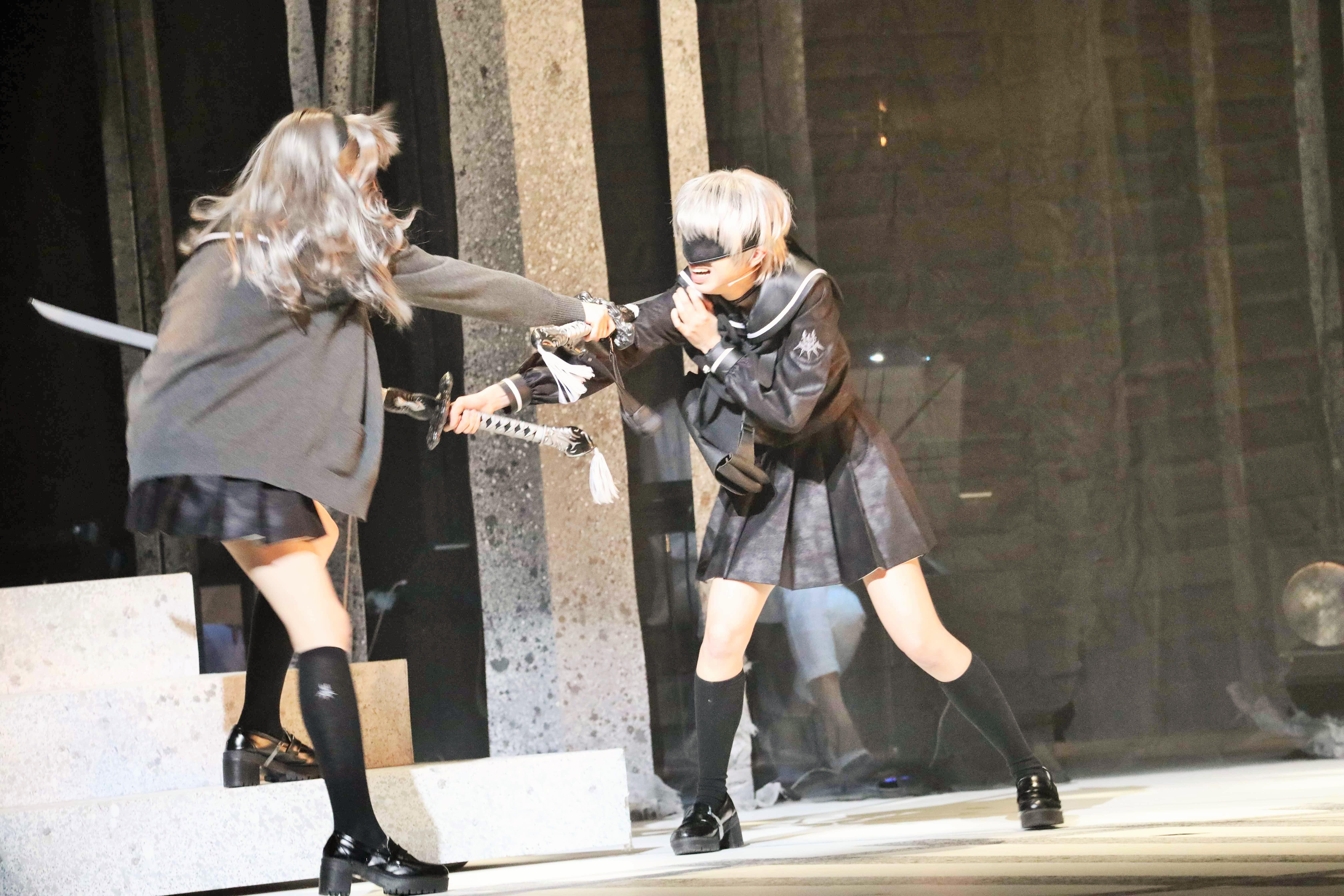 『舞台 少⼥ヨルハVer1.1a』九号を演じる大西桃香(右)
