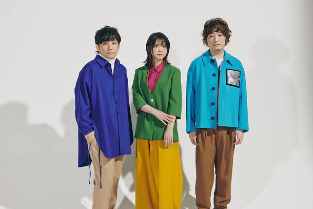 L→R ⽔野良樹(Gu)、吉岡聖恵(Vo)、⼭下穂尊(Gu&Harmonica)