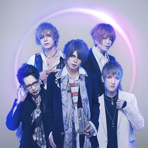 写真上段左より時計回りに、瑠伊(Ba)、Tohya(Dr)、Yuh(Gu)、智(Vo)、海(Gu)