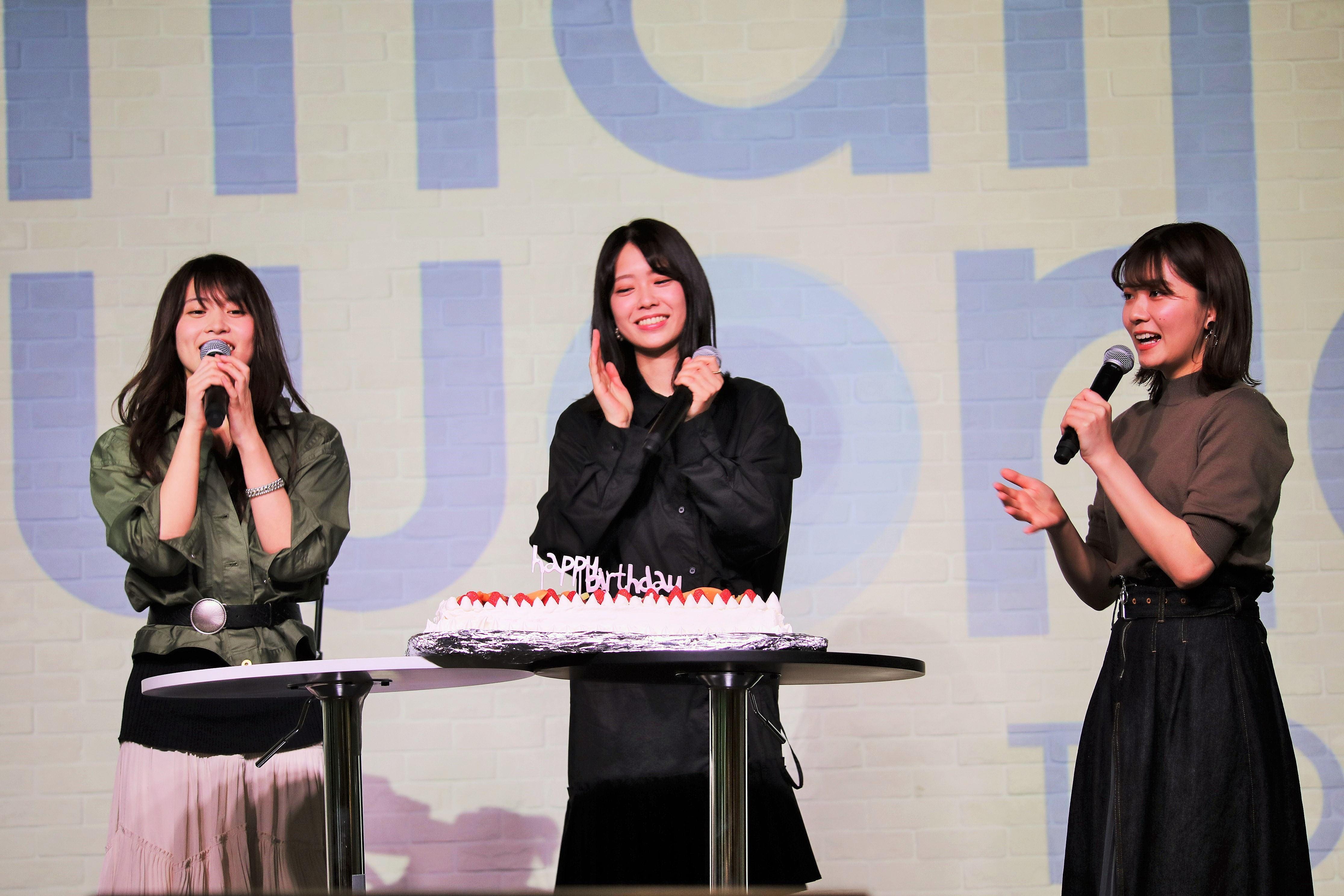 小田えりなの誕生日を祝ってハッピーバースデーを歌う岡部麟と清水麻璃亜