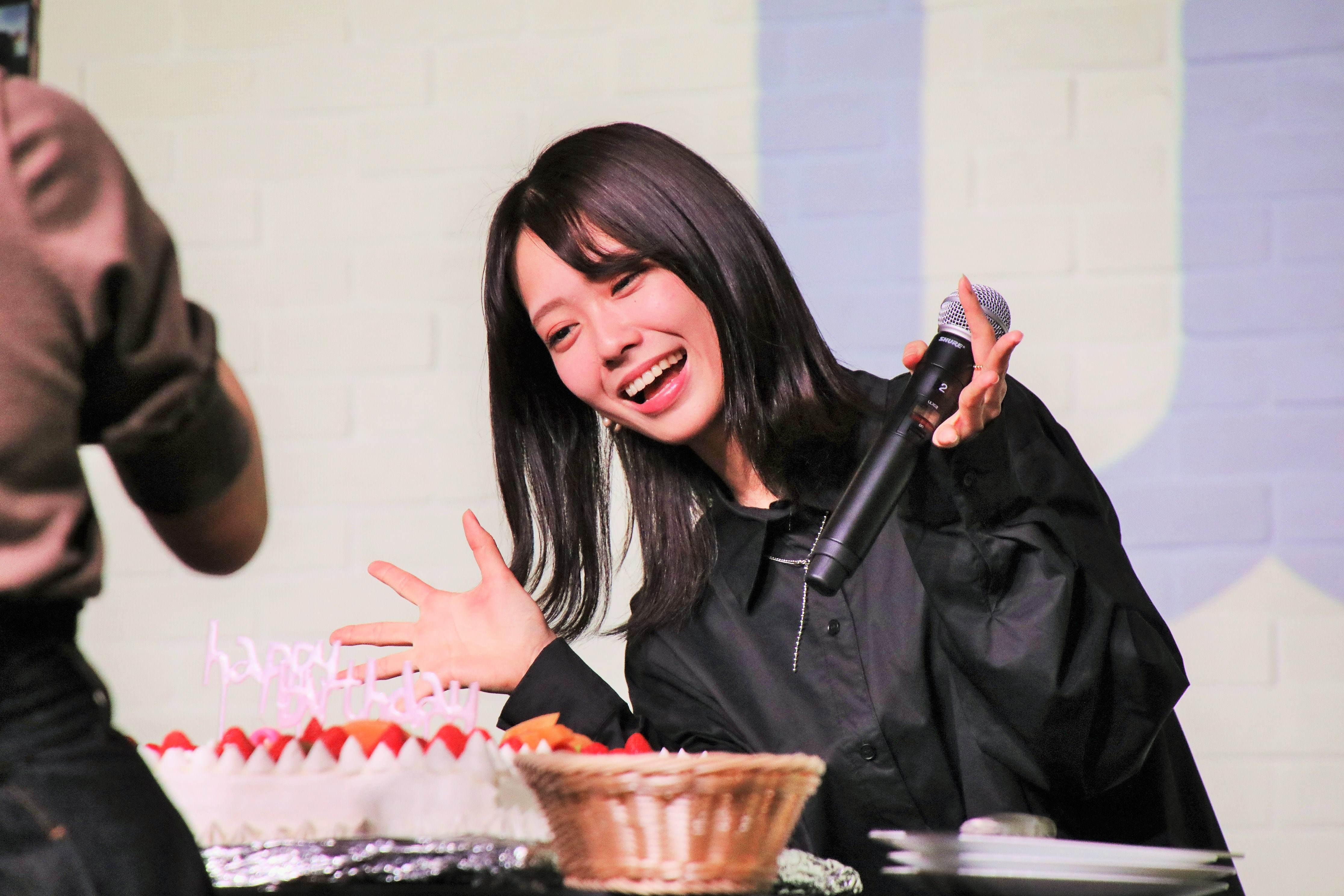 清水麻璃亜が小田えりなとバースデーケーキを撮影
