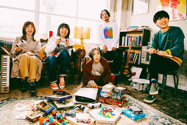 L→R 中村郁香(Key)、もっさ(Vo&Gu)、藤田(Ba)、朝日(Gu)、カズマ・タケイ(Dr)