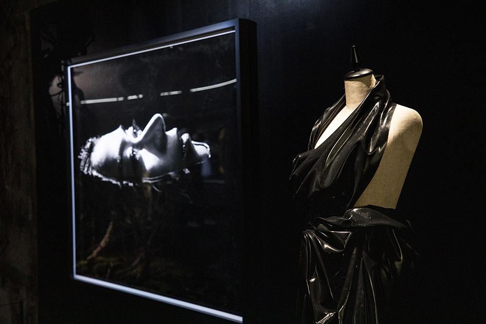 MVの撮影で宇多田ヒカルが実際に着用した衣装(黒ラバー) photo by キセキミチコ