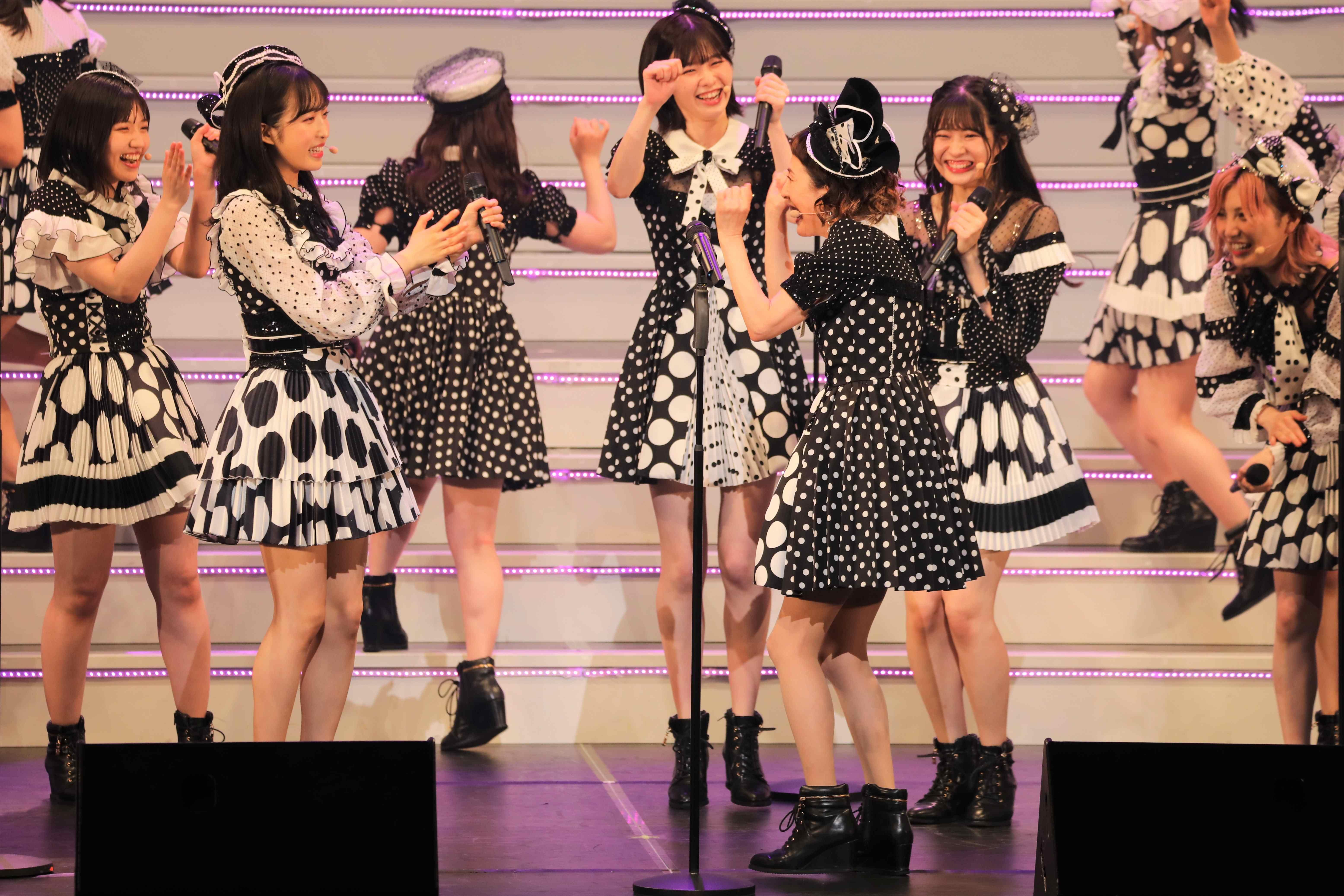 歌い終えてステージのメンバーと大喜びの久本雅美 ©AKB48 THE AUDISHOW製作委員会  無断アップロード及び転送は一切禁止です。
