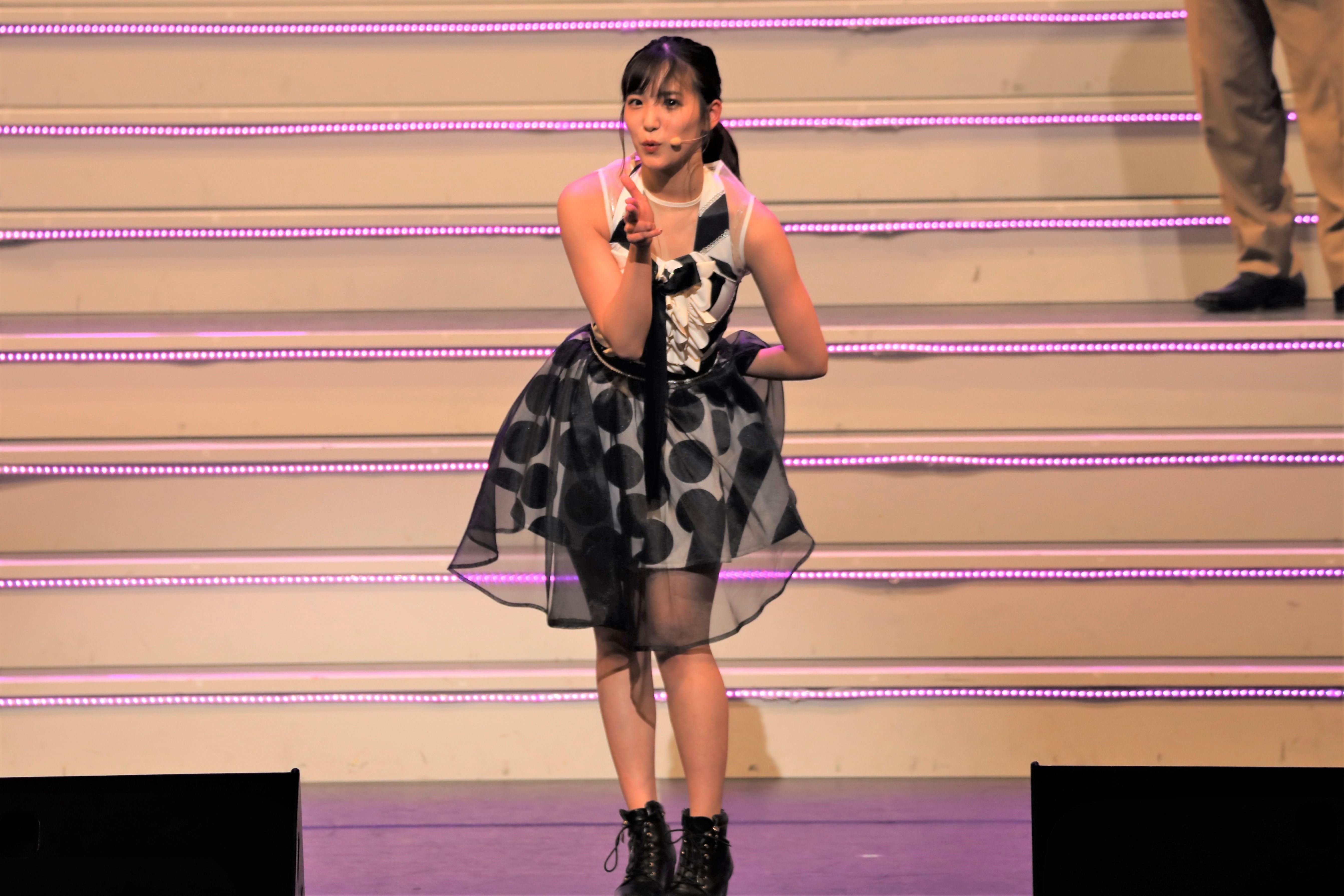 UKBでえがさんポーズを見せる下尾 ©AKB48 THE AUDISHOW製作委員会  無断アップロード及び転送は一切禁止です。