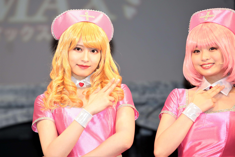 囲み取材での行天優莉奈(左)©永井豪/ダイナミック企画・舞台「Cutie Honey Climax」製作委員会 無断アップロード及び転送は一切禁止です。