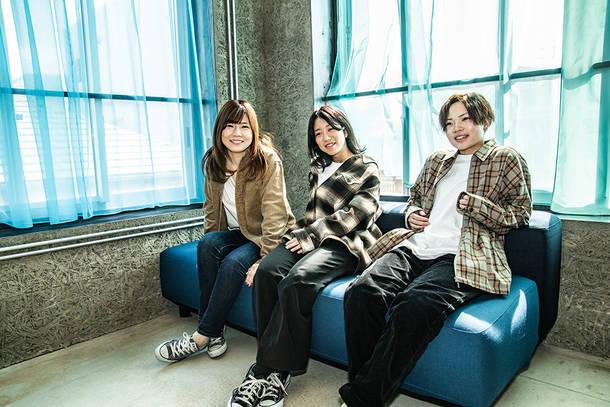 L→R 美寿々(Ba&Vo)、千陽(Gu&Vo)、ひな(Dr&Cho)