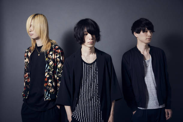L→R 石黒浩太郎(Ba&Cho)、夏目龍一(Vo&Gu)、横井 亨(Dr&Cho)