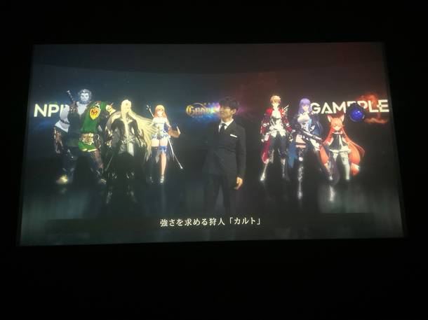 『グランサガ』ショーケースライブ(メインキャラクターを紹介する津田氏)