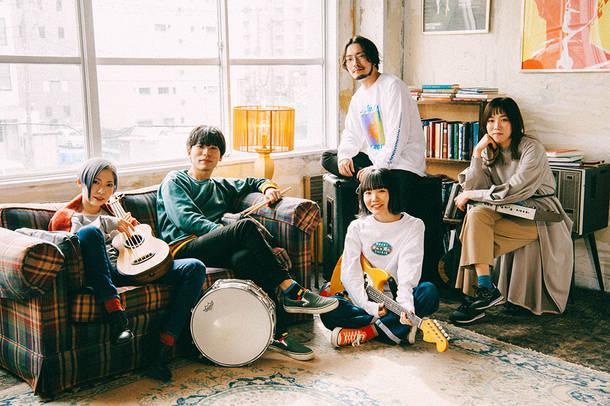 L→R 藤田(Ba)、カズマ・タケイ(Dr)、朝日(Gu)、もっさ(Vo&Gu)、中村郁香(Key)