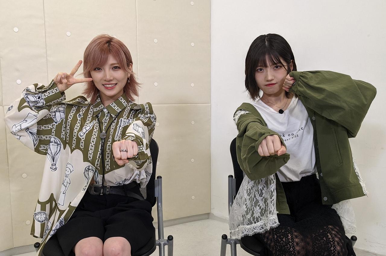 岡田奈々(左)、村山彩希(右)