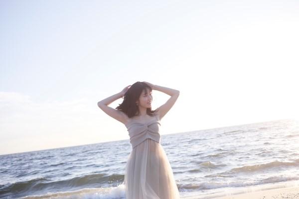 握手会で幾度となく訪れた幕張メッセの近くのビーチで。 「こんなに綺麗な海が近くにあったんですね。海が大好きなので、卒業メモリアルブックの撮影で来れて嬉しかったです」(横山由依)