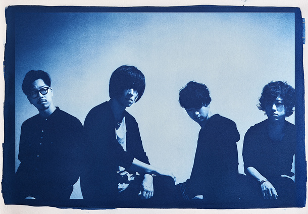 androp(左からbass 前田恭介 vocal&guitar 内澤崇仁 guitar&keyboard 佐藤拓也 drums 伊藤彬彦)
