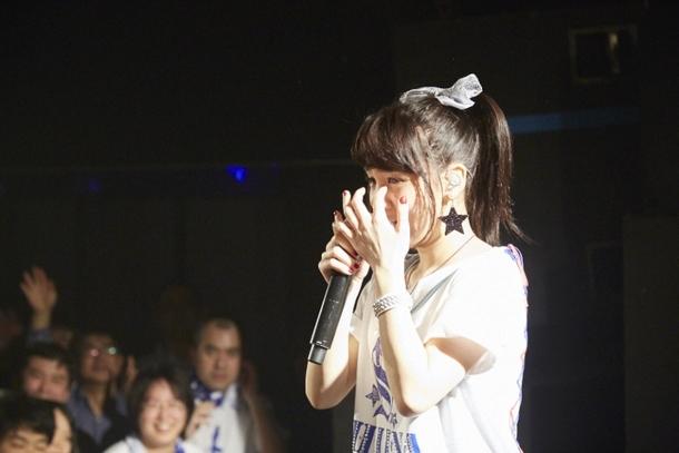 誕生日サプライズで涙と喜びを見せる西沢幸奏