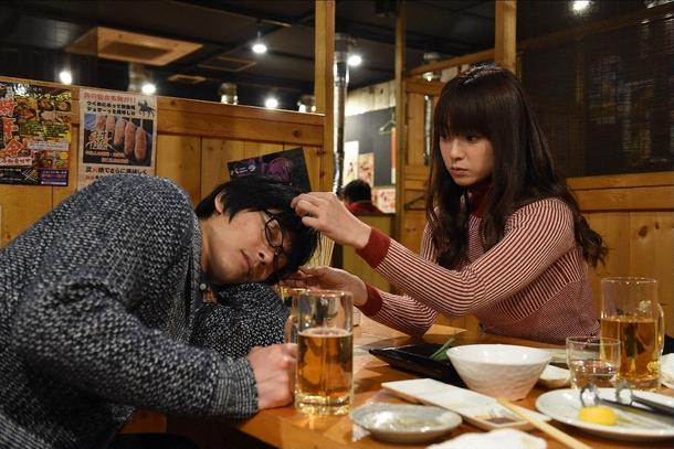 黒沢(ディーン・フジオカ、右)が酔った好きに春子の事をアレコレ聞いてしまうミチコ(深田恭子、左) (c)TBS