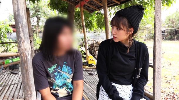 TX『今 知っておきたい 世界のキケン地帯に住む人々』 タイで人身売買の被害者の女性に話を聞く高橋 (c)テレビ東京