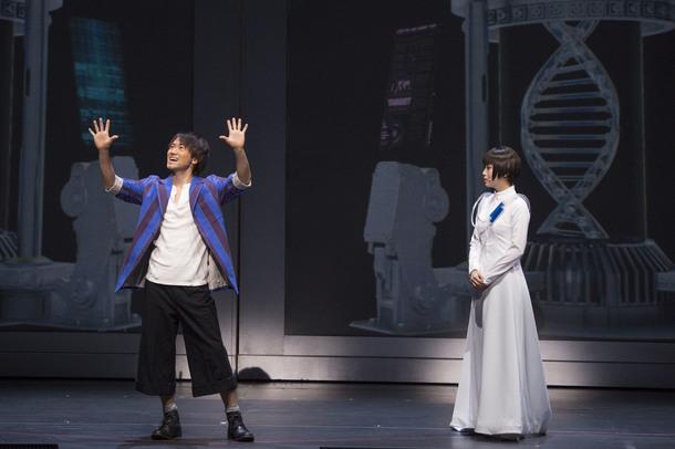 『DNA-SHARAKU』【左:柊健二(ナオト)、右:佐山ハル(新妻聖子)】