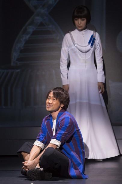 『DNA-SHARAKU』【手前:柊健二(ナオト)、奥:佐山ハル(新妻聖子)】