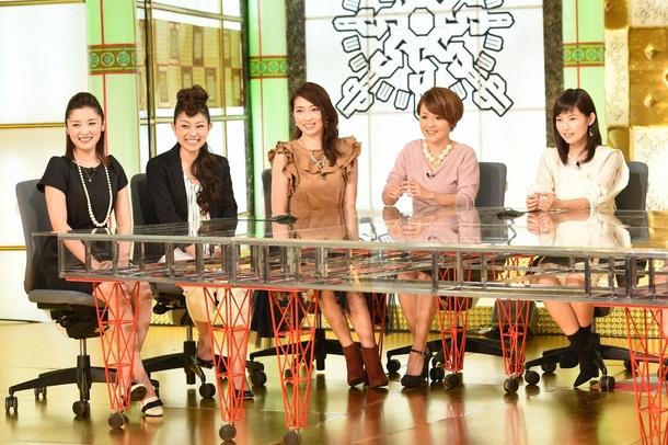 過去の映像を見ながら、思い出を語るモーニング娘。OG(左から石川梨華、石黒彩、飯田圭織、中澤裕子、安倍なつみ) (c)TBS