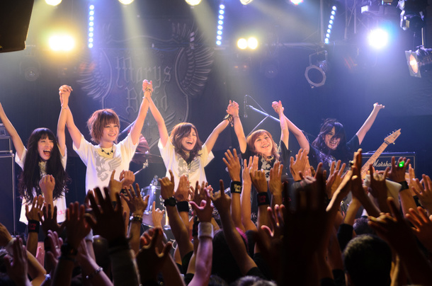 10月11日@渋谷REX 右よりSAKI(G)、MARI(Dr)、EYE(Vo)、RIO(B)、社(サポートG) photo by Nica Azuma