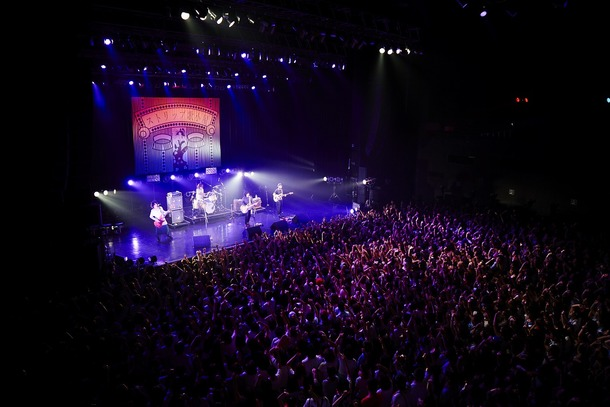 """7月16日(水)、「クリープハイプ presents """"ストリップ歌小屋""""」 at Zepp Tokyo"""