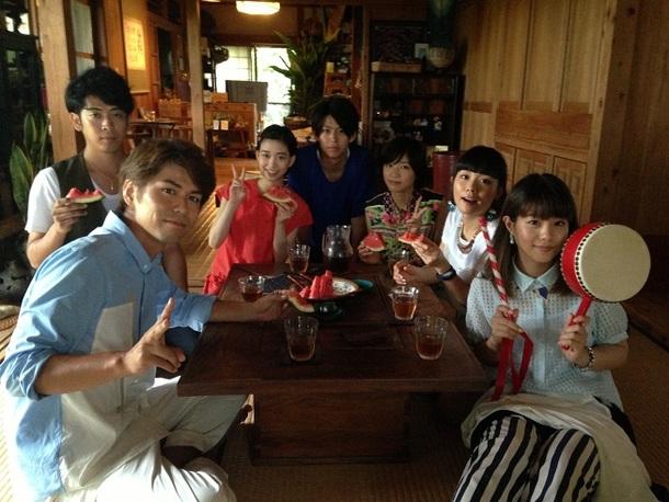 キャスト&7!!メンバー集合写真 (左から、7!! MICHIRU(Gt)、7!! KEITA(Ba)、森川葵、鈴木勝大、相楽樹、7!! MAIKO(Dr)、7!! NANAE(Vo))