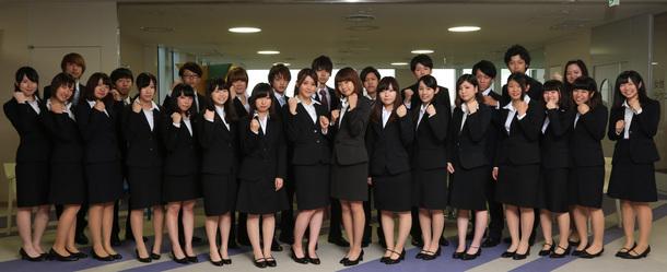 デビューに向けてガッツポーズで決める「就活アイドル! 蒲田VICTORY!」チームA・Bの選抜メンバー。