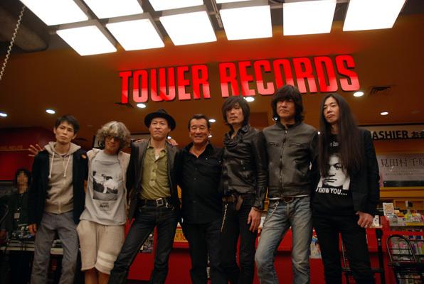 タワーレコード渋谷店で発売記念のトーク&握手会を実施