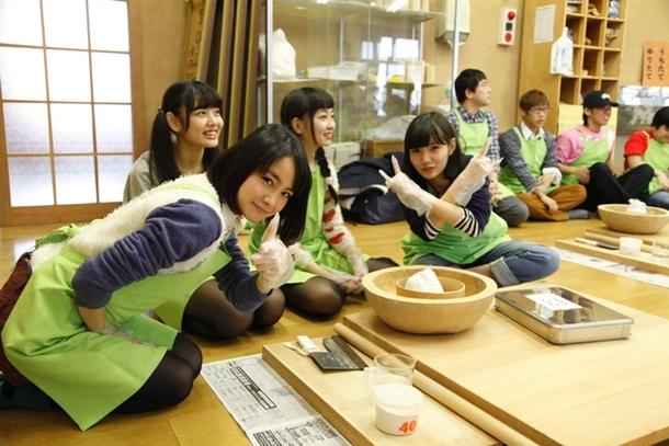 メンバーとファンと一緒に秩父名物「蕎麦打ち」を体験