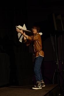 先行上映イベントで巨大紙飛行機を飛ばした花江夏樹さん (C)犬村小六・小学館/「とある飛空士への恋歌」製作委員会