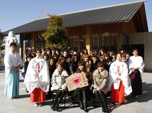 赤城神社でニューアルバム「セミダブル」発売記念イベントを開催した傳田真央 Listen Japan