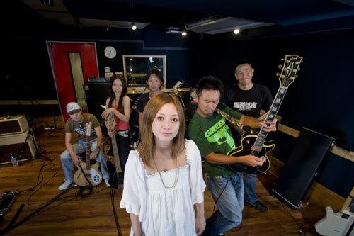 解散から3年、再結成を宣言したDo As Infinity(写真中央の2人) Listen Japan