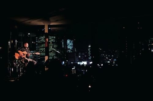 JOE夜景をバックにshowcase photo by Yoko-Yamashita Listen Japan