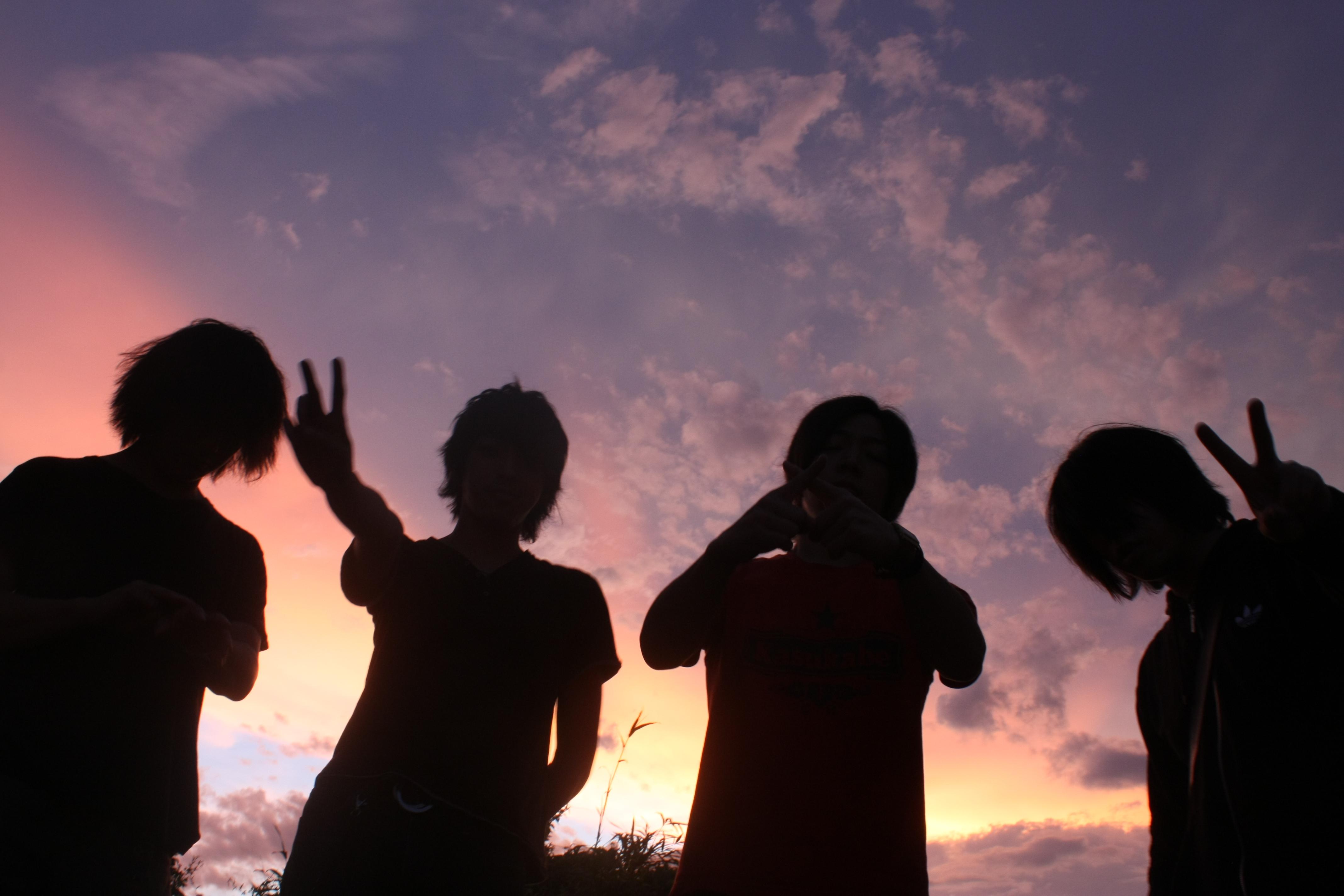 L→R 菅澤智史(Gu)、琢磨章悟(Ba)、栗原則雄(Dr)、篠塚将行(Vo&Gu)