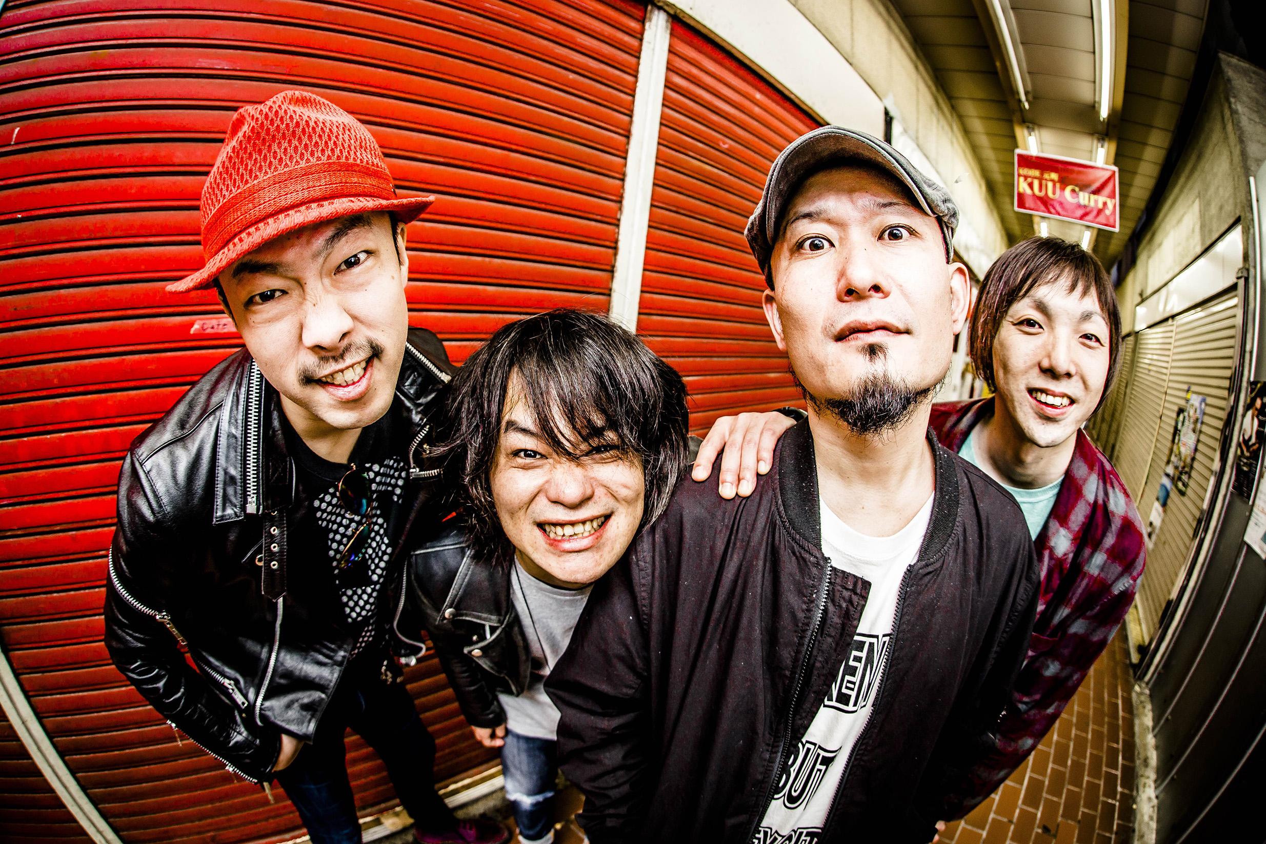 L→R 田嶋悟士(ドラム叩き手)、山本 聡(ギター弾き手)、コザック前田(唄い手)、桑原康伸(ベース弾き手)