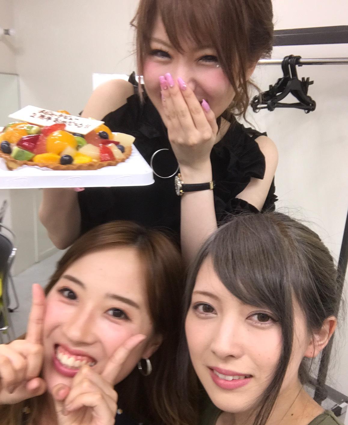 L→R 岡田万里奈(Vo)、宮澤茉凜(Gu)、田中れいな(Vo)