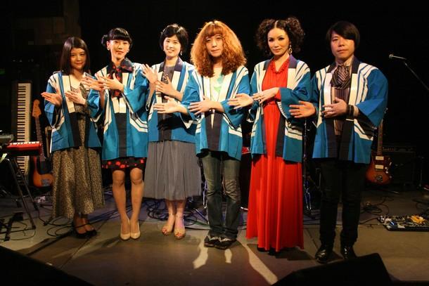 左より智本、野佐、伊藤、タブレット、サロメの唇(橘、水の)