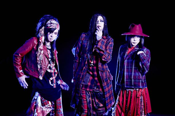L→R 千聖(Gu)、HAKUEI(Vo)、O-JIRO(Dr)