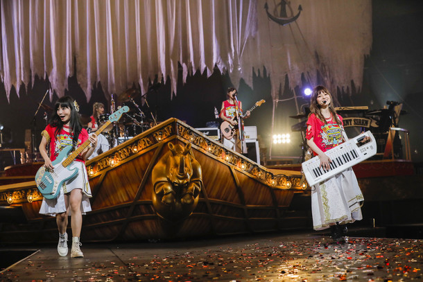 【SILENT SIREN ライヴレポート】 『5th ANNIVERSARY SILENT SIREN LIVE TOUR 2017 『新世界』~奇跡~』2017年11月14日 at 日本武道館