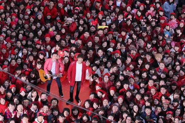 2018名の新メンバーとともに新曲「うたエール」MV撮影を行なったゆず(1月6日@伊勢佐木町イセザキ・ モール)。