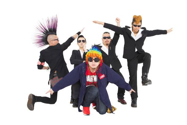 L→R トムソンガゼル(Ba)、ゴッサム武志(Dr&Per)、黒沢ビッチたつ子りん(Tatsukoring)、サコ、a.k.a.懲役八年(Banjo&Mandolin)、荒川貴文(Electric Guitar)