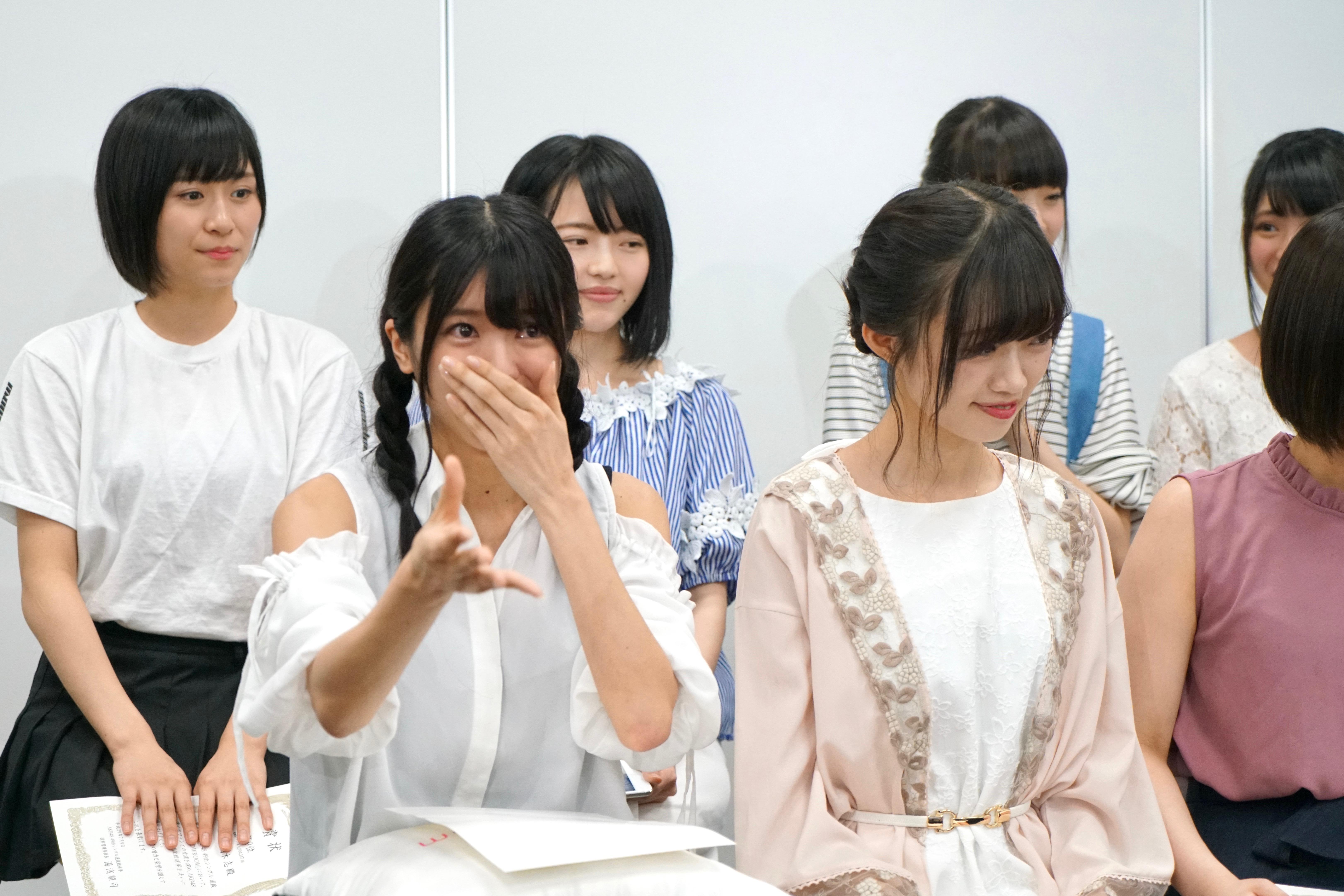 SHOWROOM選抜メンバーでの楽曲を発表され喜びのあまりに涙ぐむ大西桃香