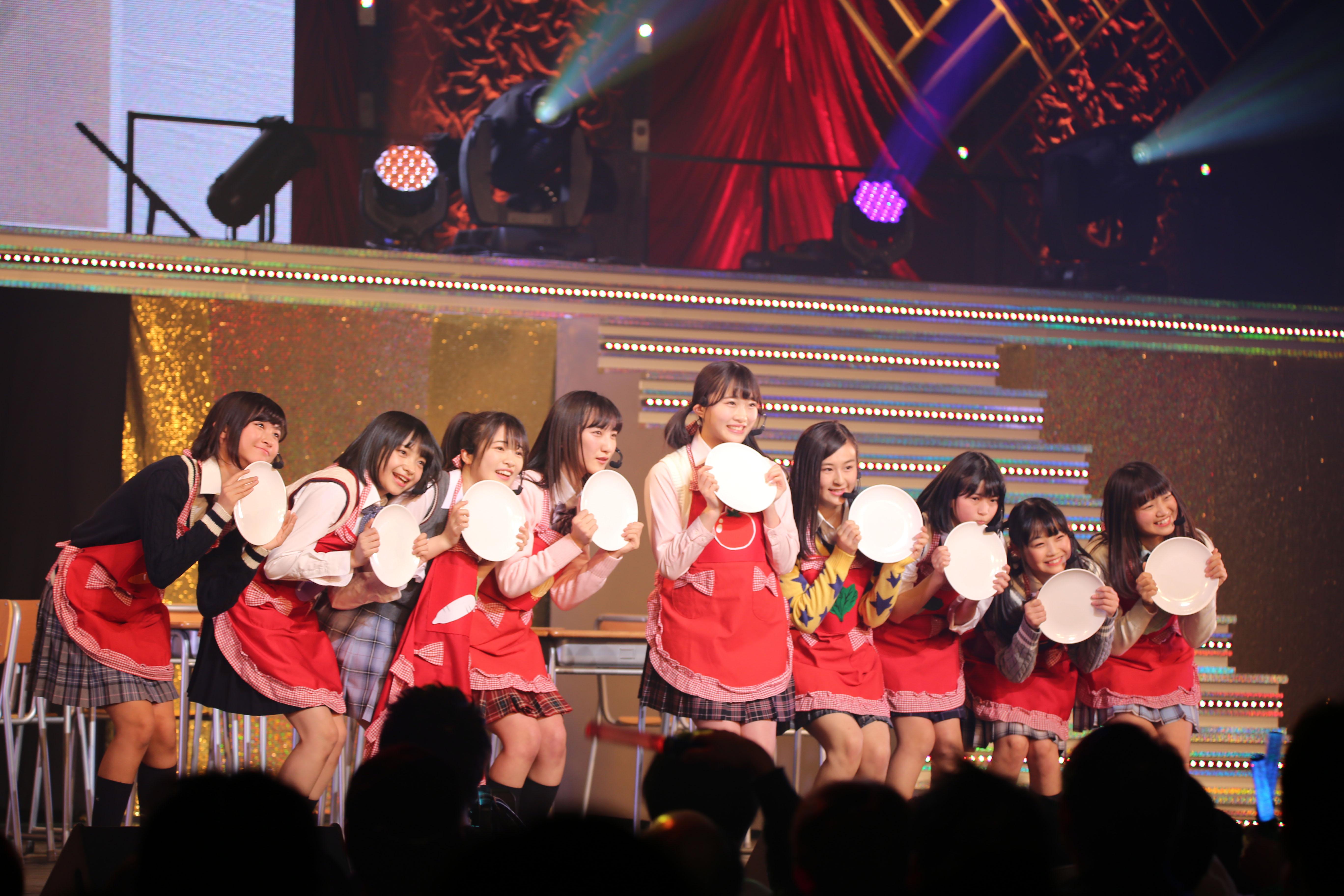 16期研究生単独コンサートで「野菜シスターズ」のセンターを務める山根涼羽(右から5番目)(2018年1月)