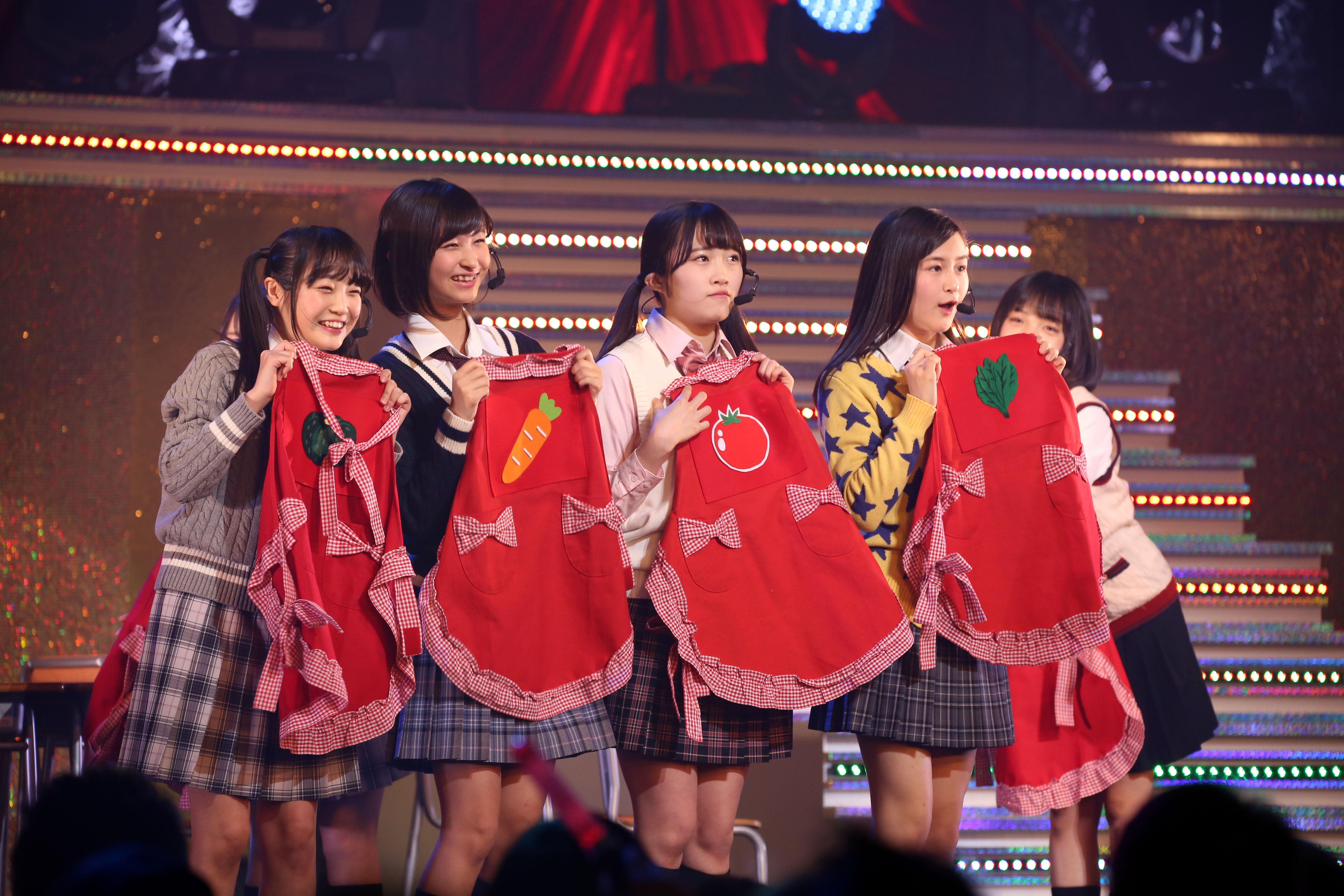 16期研究生単独コンサートで「野菜シスターズ」のセンターを務める山根涼羽(左から3番目)(2018年1月)